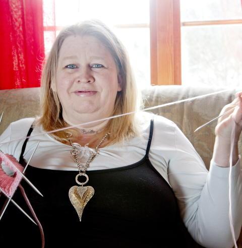 IVRIG: Hun er alltid � se med strikket�y i fanget. - P� en kveld kan jeg lett strikke tre, fire luer, sier 40-�ringen. Foto: Anita Arntzen