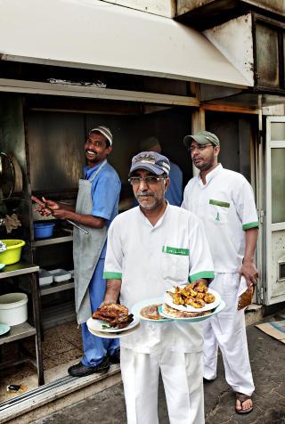 PAKISTANSK: Her kommer kelneren p� Ravi med nygrillet mat. Foto: NINA HANSEN