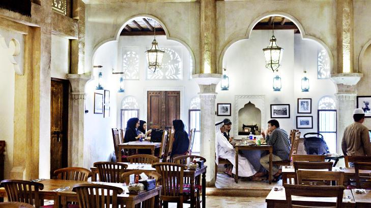 TRADISJONER: Restaurant Al Fanar er bygd opp som en arabisk markedshall med en �pen plass i midten. Foto: NINA HANSEN