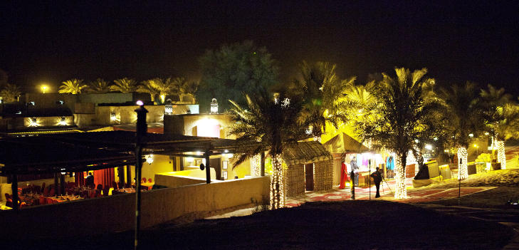ETTER SOLNEDGANG: �rkenrestauranten Al Hadheerah ved resort Bab Al Shams. Foto: NINA HANSEN