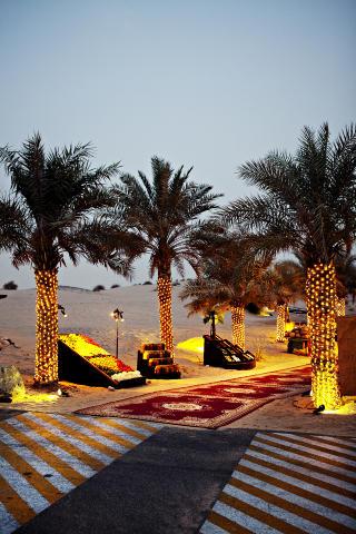 �RKENMAGI: Inngangen er dekorert med tjukke tepper og frisk luft. Selv palmene har pyntet seg. Foto: NINA HANSEN
