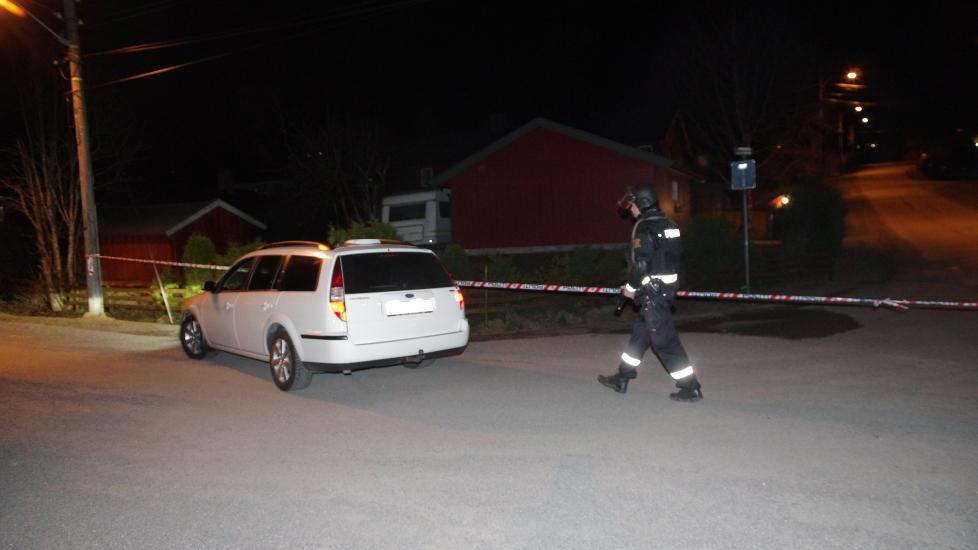 POLITIAKSJON: Væpnede politistyrker rykket ut og sperret av et større område på Skedsmokorset torsdag kveld. Foto: Daniel Laabak.