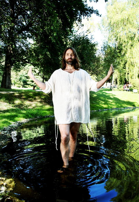 JESUS?: Christer Falck i en liten dam if�rt kjortel for Da