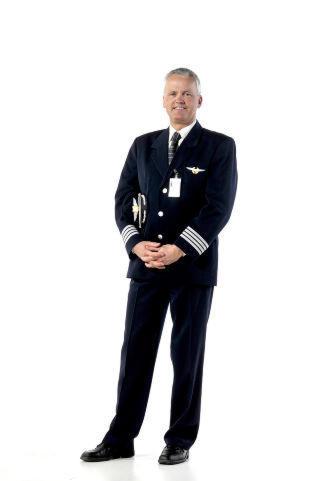 FLYEKSPERT: Knut Berger er flykaptein i flyselskapet SAS. Har jobbet som pilot siden 1986, og v�rt i SAS i ni �r. Berger kan svare p� sp�rsm�l om alt som har med flyreisen � gj�re: Fra spesifikke flytekniske sp�rsm�l, til r�d og tips til dem som er redde eller bekymret for � fly. Foto: HANS ARNE VEDLOG