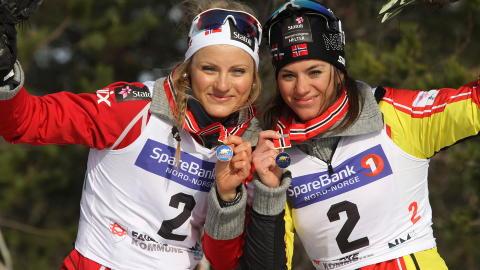 GULLJENTER: Heidi Weng (t.h.) og tremenningen Martine Ek Hagen tok sine f�rste NM-gull p� seniorniv� p� lagsprinten i Fauske. Foto: Scanpix