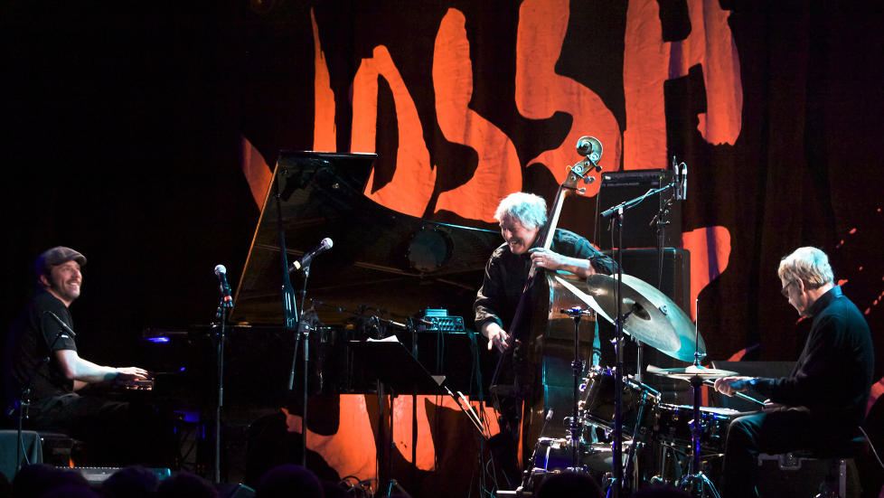 HUMOR: Smilet var ofte p� plass i triokommunikasjonen mellom (f.v.) Carsten Dahl, Arild Andersen og Jon Christensen da de �pnet konsertrekka til �rets Vossa Jazz i g�r. FOTO: TERJE MOSNES