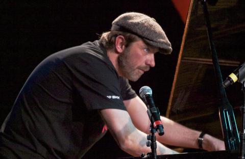 LEKEN:  Carsten Dahl, ledende dansk pianist, i aksjon p� Voss i g�r kveld. FOTO: TERJE MOSNES