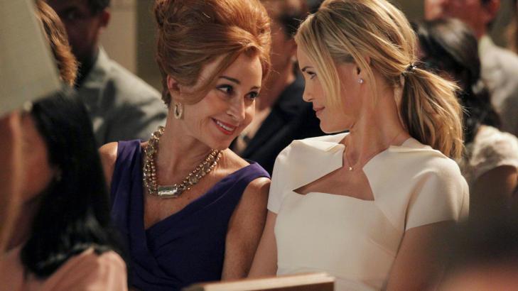 FLYTTER HJEM:  Amanda Vaughn spilt av Leslie Bibb (til h�yre) blir n�dt til � flytte hjem til mor Gigi (spilt av Annie Potts, til venstre) da ektemannen omkommer i ei bilulykke. P� hjemstedet er alt som f�r, selv om hun har forandret seg. Foto: TVNorge