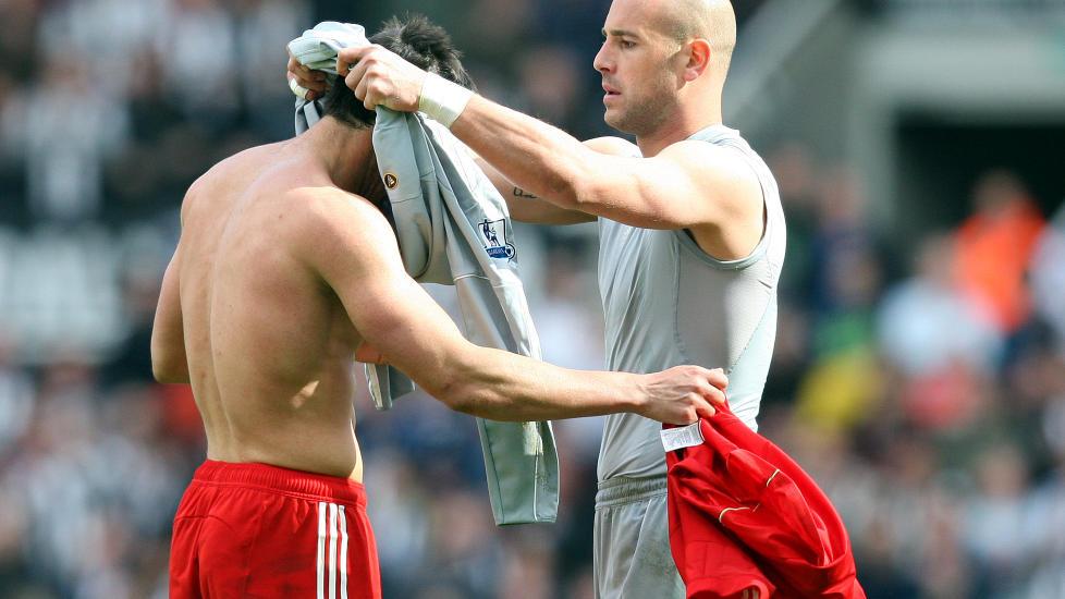 BRUKT ALLE BYTTENE: Liverpool m�tte sette Enrique i m�l da Reina ble utvist. Han holdt nullen i sin f�rste kamp i m�l. Foto: Scott Heppell/AP/NTB scanpix