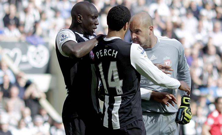 HISSIG: Pepe Reina stanget mot Perch som falt i bakken uten at det var kontakt. Sistnevnte fikk gult kort. Foto: GRAHAM STUART/AFP/NTB scanpix
