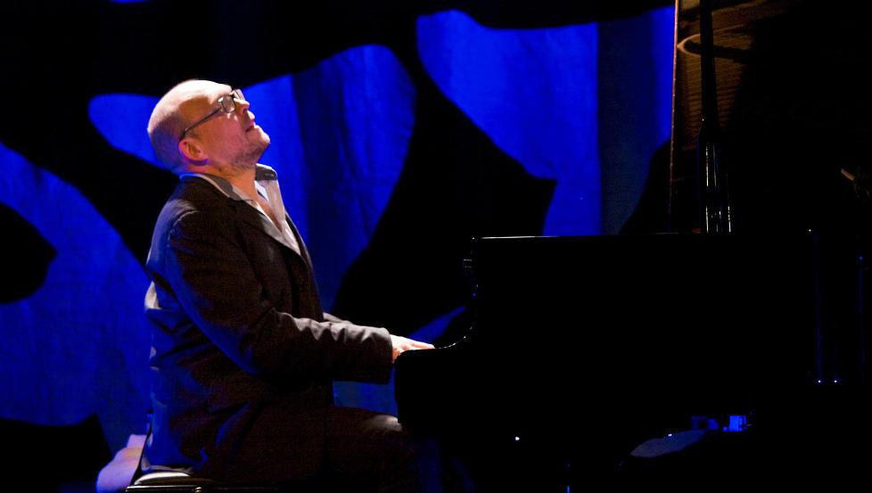 SOLO:  Bugge Wesseltoft under solokonserten p� Voss i g�r, der han gikk til hjertet av jazzen med slepen teknikk og �m innlevelse. FOTO: TERJE MOSNES