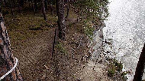 LÅ I SKJUL: Nedenfor denne klippen gjemte Nicoline Bjerge Schie seg sammen med flere andre da Breivik gikk rundt på Utøya. Her lå de i to timer. Foto: Sveinung U. Ystad