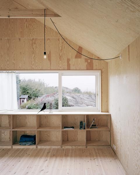 ET HUS MED EKTHET OG KARAKTER: Innredningen i kryssfiner er plassbygget, og den blir dermed til en helt naturlig del av rommet. � Foto: Rasmus Norlander