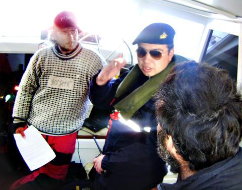 BORDET: L�rdag kveld ble �Berserk� bordet av chilensk marine, og m�tte f�lge med til havna i byen Puerto Williams. Foto: CHILENSK MARINE