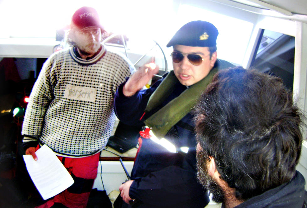 SAVNER FORKLARING: If�lge sin talsperson har ekspedisjonsleder Jarle Andh�y (t.v.) enn� ikke f�tt noen skriftlig forklaring p� hvorfor han, b�ten og mannskapet er innbrakt til chilensk havn. Foto: CHILENSK MARINE
