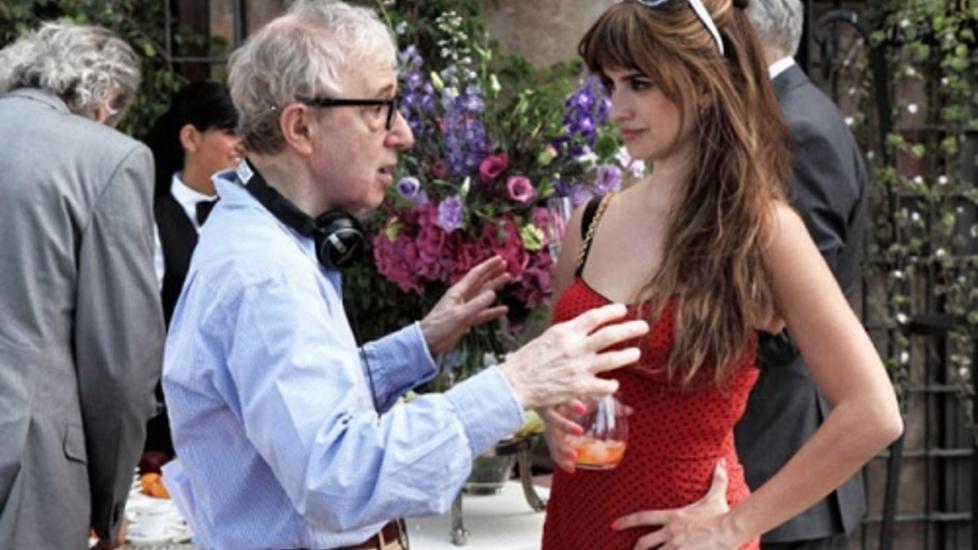 Kryptisk: Nok en gang har Woody Allens kommende film endret navn. N� heter den �To Rome With Love�, og Allen gir her intruksjoner til skuespiller Pen�lope Cruz under innspillingene i den italienske hovedstaden. Foto: Sony Pictures