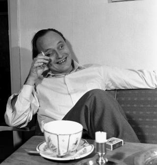 MED NIKOTIN: Forfatter Andr� Bjerke i hjemmet sitt p� Eiksmarka, like utenfor Oslo. Her i sofaen, med tekopp og sigarett. Foto: Sverre A. B�rretzen / AKTUELL / SCANPIX