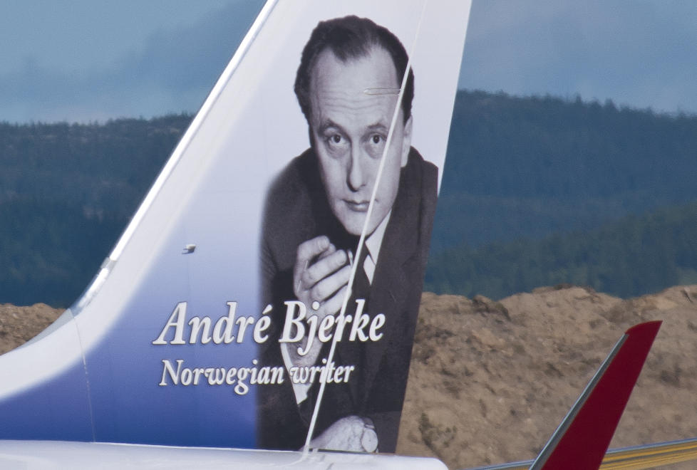 UTEN SIGAR: Andr� Bjerke er en av Norwegians eksisterende �halehelter�. Men da de skulle trykke bildet av Bjerke p� haleroret, valgte de f�rst � retusjere bort sigaren han hadde i h�nda. Foto: Norwegian.