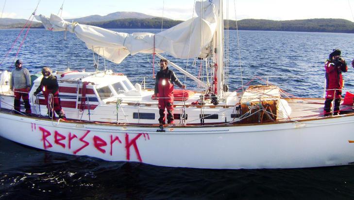 SKIFTET NAVN: B�ten som tidligere het �Nilaya�, hadde plutselig f�tt �Berserk� malt p� skutesida da den ble stoppet av chilensk marine l�rdag. Det kan ha bidratt til ekspedisjonens problemer. Foto: CHILENSK MARINE