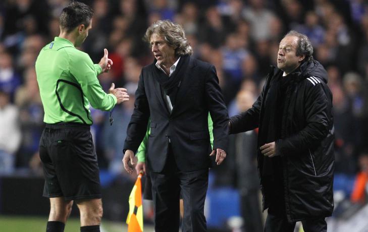 FIKK EN UTVIST: Etter 40 minutter fikk Maxi Pereira et korrekt r�dkort. Jorge Jesus f�ler likevel Benfica ble straffet hardt av dommeren. Foto:  AFP PHOTO/ GLYN KIRK