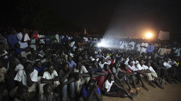 S� FILMEN SAMMEN:  Ugandere nord for hovedstaden Kampala s� �Kony 2012� sammen da den hadde premiere 13 mars. Foto: James Akena / Reuters / Scanpix