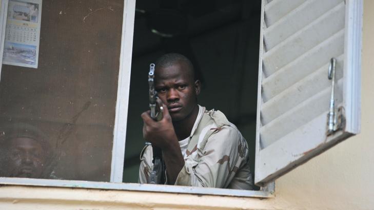 TUNGT BEV�PNET:  En malisk soldat tok posisjon mens lederen holdt tale 3. mars n�r hovedstaden Bamako. Foto: Issouf Sanogo / AFP Photo