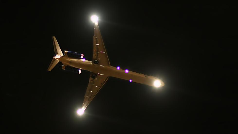 BLINKER MED LYSA: N�r reiseekspert og flykaptein Knut Berger m�ter andre fly som ligger over eller under, hilser han alltid h�flig ved � blinke med landingslysene p� flyet. Illustrasjonsfoto: IRARGERICH/CREATIVE COMMONS