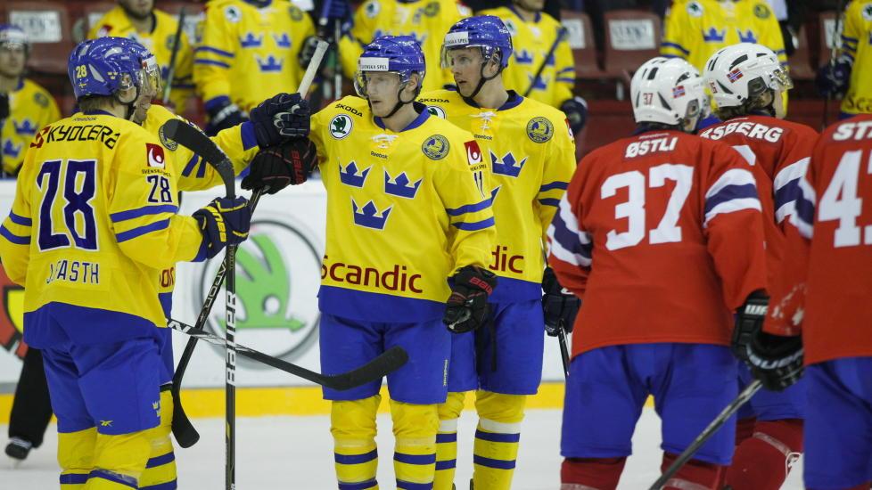 FOR GODE: Sverige feirer etter scoring i andre periode under privatlandskampen i ishockey mellom Norge og Sverige p� Jordal Amfi. Det ble stygge sifre for de norske gutta ogs� i kveld. Foto: Thomas Winje �ijord / Scanpix