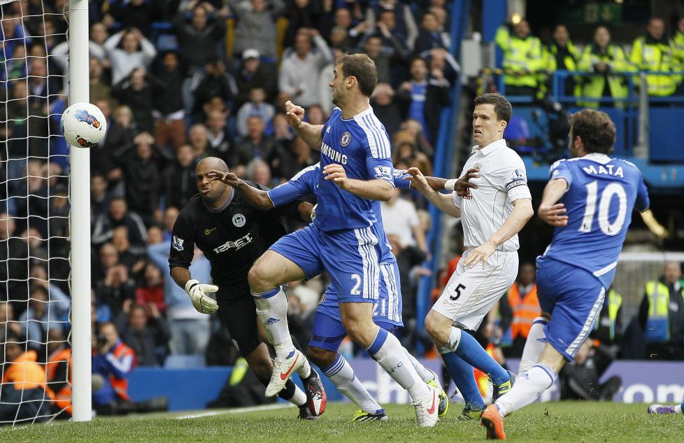 VIKTIG OG HELDIG: Juan Mata gjorde lite aktivt for � score Chelseas vinnerm�l mot Wigan, men viktig var det.Foto: AP Photo/Alastair Grant/NTB scanpix