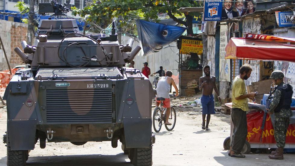 MISLYKTES: Krigen mot narkotika har mislyktes, innr�mmer n� latinamerikanske statsledere. Her st�r den brasilianske stridsvognen Cascavel foran Morro de Alemao i Rio de Janeiro i Brasil. Foto: AFP Photo/ Jefferson Bernardes/Scanpix