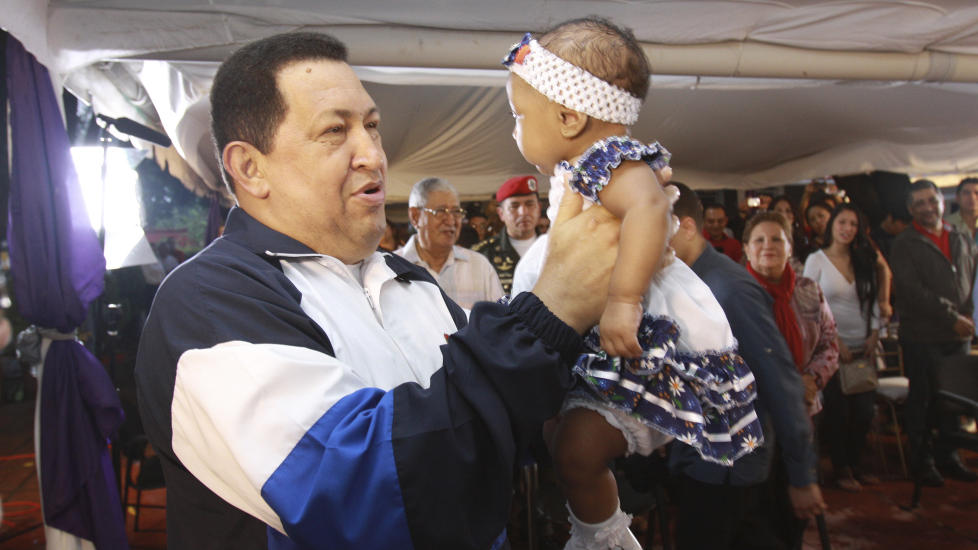 VALGKAMP:  Venezuelas president Hugo Chavez med et av de klassiske valgkamptriksene i hjembyen Barinas - l�fte sm� barn. N� �ker han minimumsl�nnene i Venezuela og hyller sin presidentvenn i Syria for vellykkede aksjoner mot terroristgjenger f�r han returnerer til Cuba for mer kreftbehandling. FOTO: REUTERS/NTB SCANPIX.