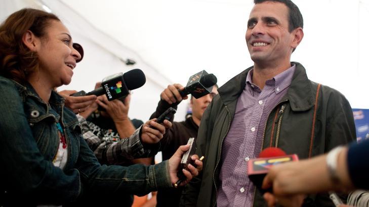 OPPONENTEN:  Henrique Capriles pr�ver � bryte Hugo Chavez' 13 �r lange maktposisjon i Venezuela. Men Capriles ligger klart bak p� meningsm�lingene f�r presidentvalget i oktober. FOTO: MIGUEL GUTIERREZ, EPA/NTB SCANPIX.