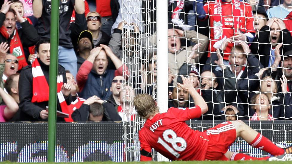 FORTVILELSENS ANSIKTER: Reaksjonene bak m�l forteller vel det meste om missen til Liverpools Dirk Kuyt mot Aston Villa i g�r. Ballen gikk over �pent m�l fra kloss hold.Foto: SCANPIX/AP/Jon Super