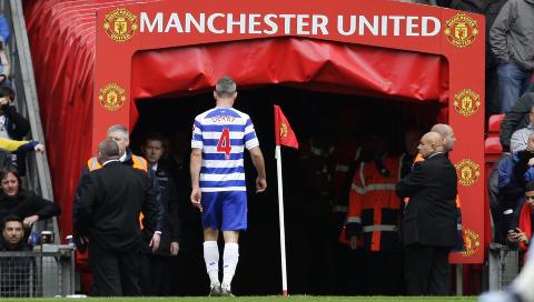 NÆR UMULIG: QPR-kaptein Shaun Derry viste klasse da han gikk i garderoben uten en eneste protest, men uten ham hadde bortelaget lite å stille opp med på Old Trafford.Foto: SCANPIX/AP/Jon Super