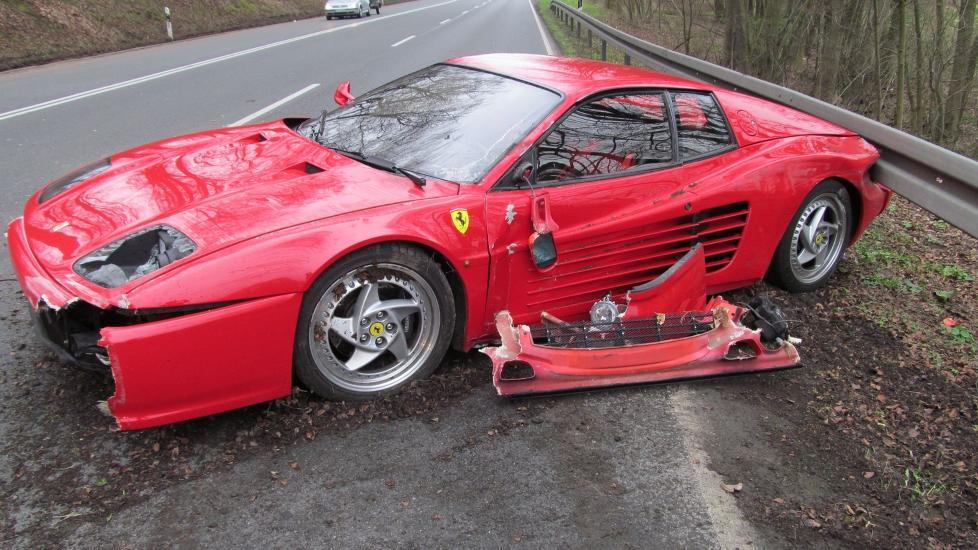 BLE OFRET: B�de bilf�reren og pinnsvinet han m�tte p� veien slapp unna uten skader. Men Ferrarien fikk svi. Foto: Politiet