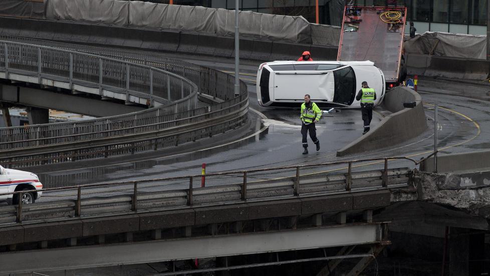 TRAFIKKUHELL: Bilen havnet p� taket i trafikkmaskinen ved Operaen i Oslo Sentrum. Foto: Anita Arntzen / Dagbladet