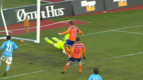 KL�NET DET TIL: Sandnes Ulf var det klart beste laget etter at Aalesund gikk opp i 1-0. Her f�r de utlikningen sin, etter at Sten Grytebust og Jonathan Toll�s Nation i fellesskap kl�net det til.