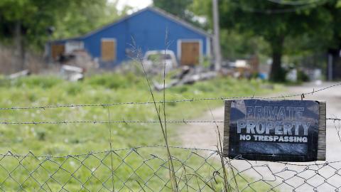 BODDE SAMMEN: De to drapssiktede bodde sammen i dette huset nord for Tulsa. Foto: AP Photo/Sue Ogrocki