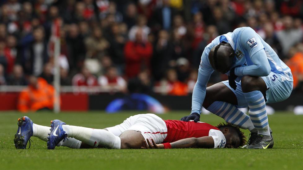 TO R�DE I EN KAMP? Mario Balotelli (t.v) ble utvist mot Arsenal, men kan f� enda et r�dt kort for taklingen mot Alex Song - som her ligger nede etter at han ble truffet av italienerens knotter. Foto: REUTERS/Stefan Wermuth