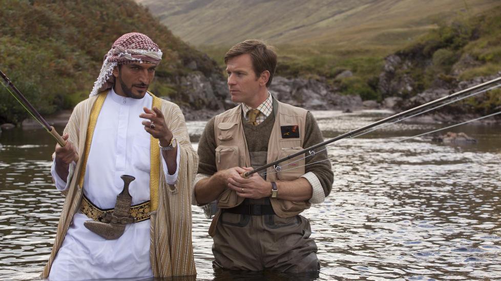 GLAD I LAKS: Sjeik Muhammed (Amr Waked) og Doktor Alfred (Ewan McGregor) snakker fisk et sted i Skottland.