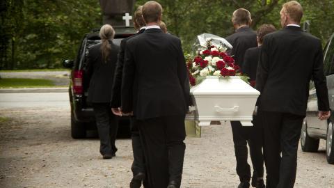 TUNG TID: 4. august ble Siljes humanetiske begravelsesseremoni holdt under �pen himmel i en park i Rjukan. Foto: Lars Erlend Tubaas �ymo/NRK.