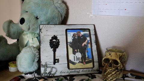 NATTBORDET: Et bilde av en kyssende Silje og Roy Joachim, tatt av Roys mor, st�r p� nattbordet.. P� veggen over henger ett av kj�rlighetsbrevene han fikk.