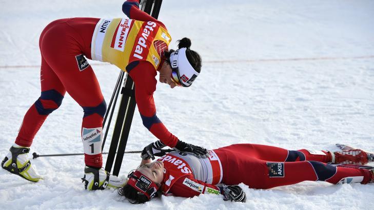 GJENNOMBRUDDET: Her gratuleres Heidi Weng med andreplass i verdenscupfinalen av forbildet Marit Bj�rgen. Foto: ANDERS WIKLUND / SCANPIX