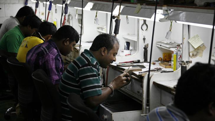FABRIKKEN: P� rekke og rad, syv dager i uka,  sitter blide indiske gullsmeder og lager varer for Monili Juwellers.
