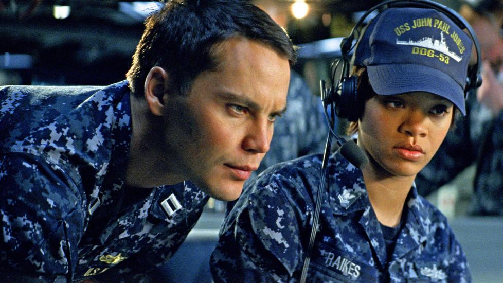 IMPONERER IKKE: Verken Taylor Kitsch eller Rihanna klarer seg s�rlig bra i �Battleship�, men n� er den ikke en film man ser for skuespillernes skyld. Dessverre lar ogs� de gode actionscenene vente p� seg.