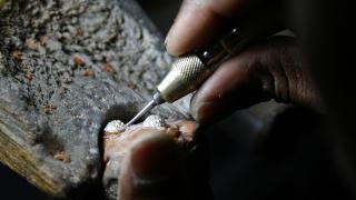 H�NDVERK: I fabrikken lages gullringer etter kundenes �nsker. Dette arbeidet inkluderer ogs� en rekke �rsm� diamanter.