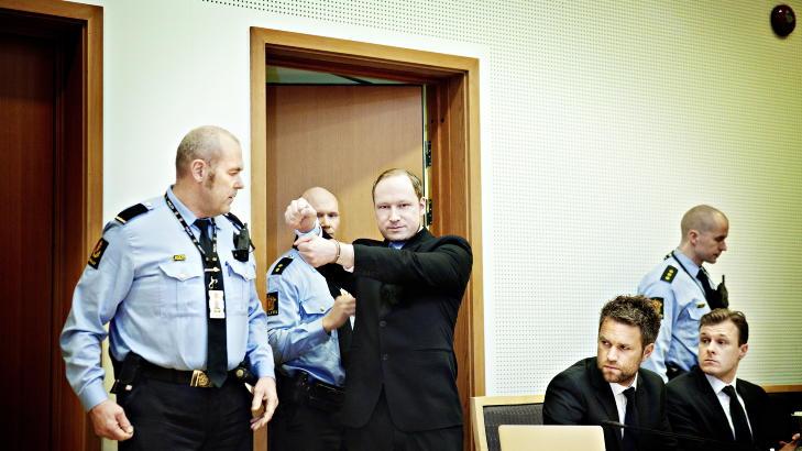 : Oslo, 20120206. Fengslingsm�te Anders behring Breivik.  ABB gj�r hilsen mot pressen da han blir f�rt inn i retten. Han har opphevet fotoforbudet. Forsvarerne Odd Ivar Gr�n ( m skjegg) og Tord Jordet til h�yre Foto: Nina Hansen / Dagbladet