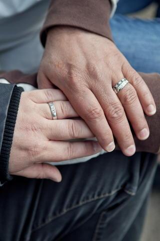 RINGER PÅ: De forlovet seg i fjor sommer på Bristol i fjor og har planer om å gifte seg. Da Knut Egil Asprusten (45) gikk ned på kne og fridde, ble både Kaltham Alexander Lie (49) og alle som var til stede, veldig rørt. Foto: Elisabeth Sperre Alnes.