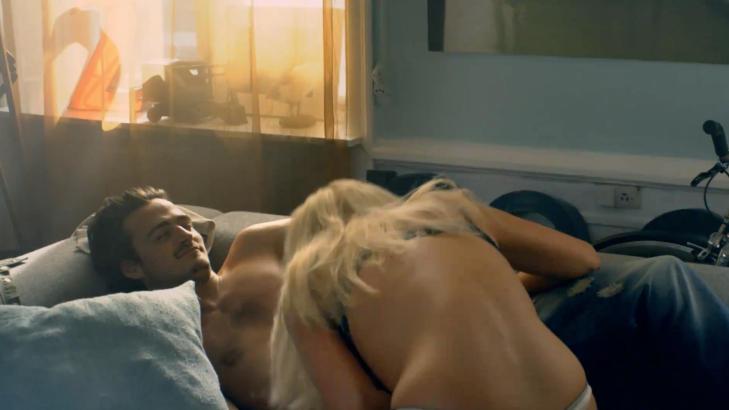 - SPILLER P� SEX: I den prisvinnende reklamen blir det fors�kt forskjellige metoder for livredning.