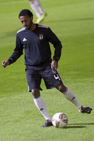 FORBILDE: Manuel Fernandes (26) er det store forbildet til Bruno. Han har flere landskamper for Portugal og spiller for �yeblikket i Besiktas. Foto: JACK GUEZ/AFP/NTB scanpix
